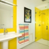 Сонце тане у воді або жовтий колір в дизайні ванної
