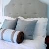 Елегантна спальня для тих, хто шукає затишок: м'яке узголів'я ліжка