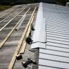 Усунення течі в металевій даху гаража