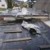 Зведення даху гаража під час дощу